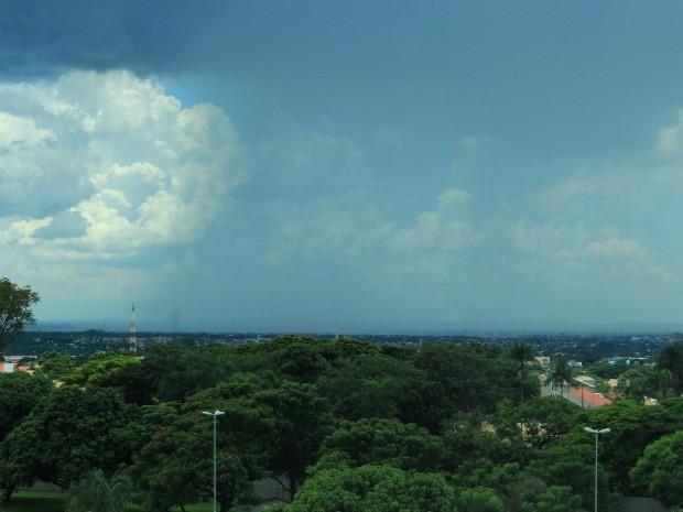 Céu de Campo Grande na tarde desta segunda-feira (12) (Foto: Lucas Lourenço/G1 MS)