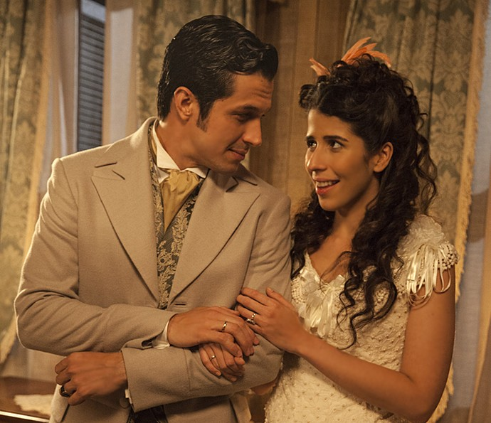 Em Além do Tempo, Roberto (Rômulo Estrela) pede a mão de Bianca (Flora Diegues) em noivado (Foto: Pedro Curi / TV Globo)