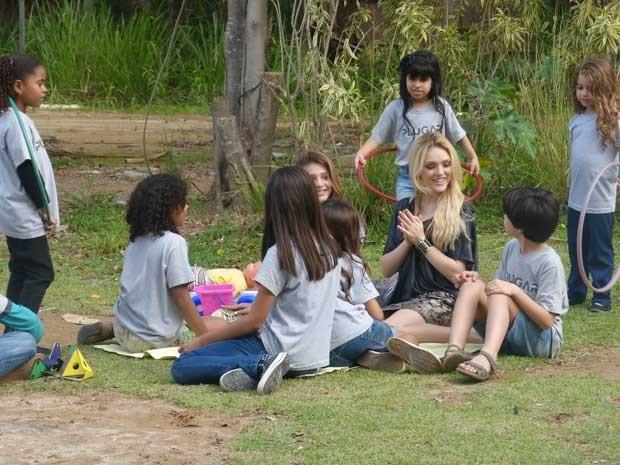 E não é que as crianças adoraram brincar com Megan (Foto: Geração Brasil/TV Globo)