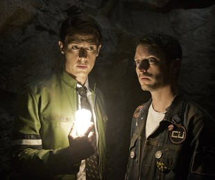 Samuel Barnett e Elijah Wood em 'Dirk Gently's holistic detective agency' | Reprodução