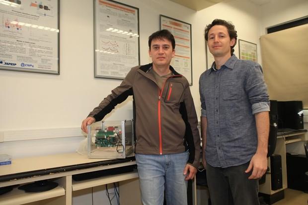 Gustavo Enrique de Almeida Prado Alves Batista e aluno André Gustavo Maletzke da USP - São Carlos  (Foto: Maurício Duch/Divulgação)