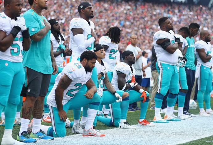 Jogadores do Miami Dolphins se ajoelham durante o hino nacional (Foto: Getty Images)