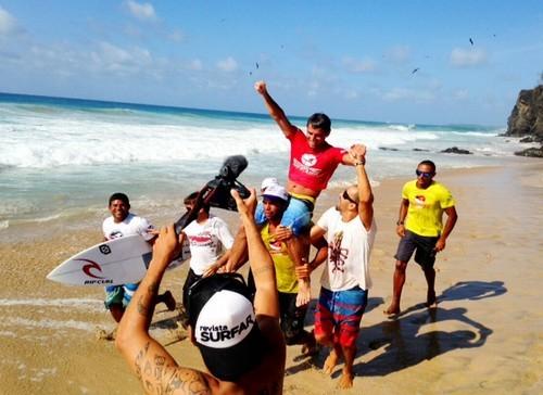 Foto (Foto: Bruno Santos é carregado após sair da água na bateria final - Foto: Renato de Alexandrino)