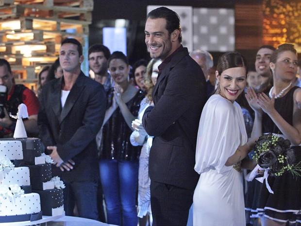 Bianca e ex brindam o fim do casamento  (Foto: Salve Jorge/ TV Globo)