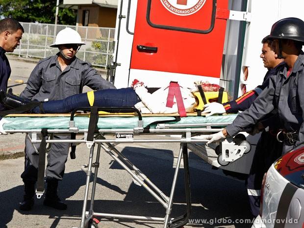 Amarilys é levada por paramédicos (Foto: Fábio Rocha / TV Globo)