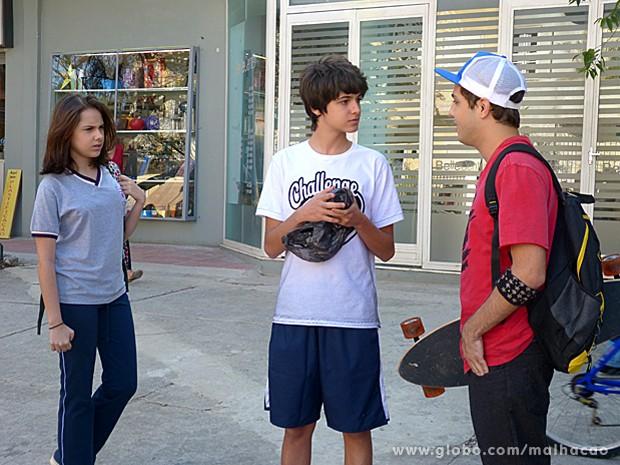 Clara vê momento em que Minhoca entrega sacola suspeita a Vitor (Foto: Malhação/ TV Globo)