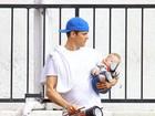 Com Fergie viajando, Josh Duhamel se vira para passear com o filho
