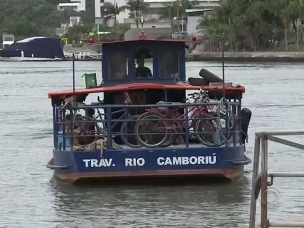 Sem passarela, moradores podem usar balsa ou fazer trajeto mais longo pela BR-101 (Foto: Reprodução/RBS TV)