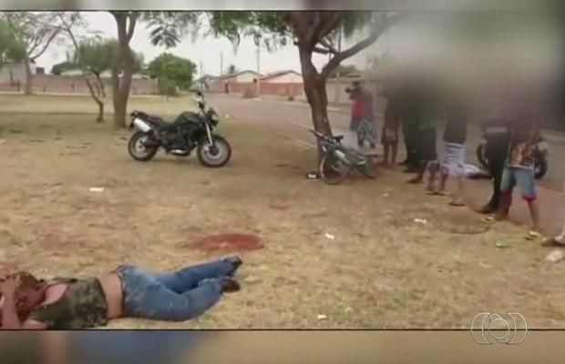 Jovens e pastor são abordados por policiais em praça de Catalão, em Goiás (Foto: Reprodução/ TV Anhanguera)