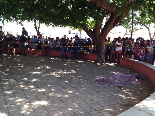 Estudante é morto a tiros em parada de ônibus no bairro Esplanada em Teresina (Foto: Yara Pinho/G1 Piauí)