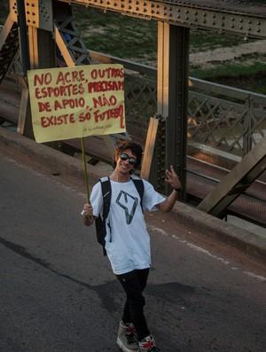 Jovem protesta para melhorias em outros esporte no Acre (Foto: Talita Oliveira/Arquivo Pessoal)