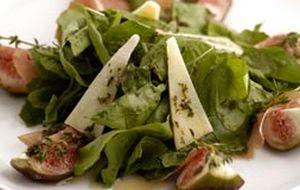 Salada de figo e rúcula sobre fatias de presunto de Parma