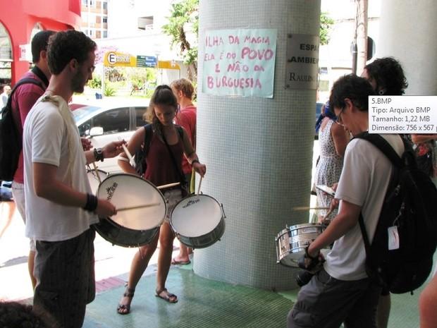 Instrumentos de percussão foram utilizados no ato (Foto: Gabinete Vereador Lino/Divulgação)