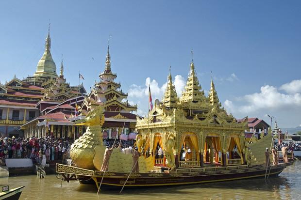 A Barca Real, com a forma de um ganso sagrado, retorna à pagoda budista depois de uma viagem ao redor do lago Inle (Foto: Haroldo Castro/ÉPOCA)