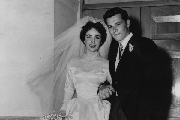 O primeiro dos oito casamentos de Elizabeth Taylor foi aos 18 anos com Conrad Hilton, herdeiro da famosa cadeia de hotéis. O divórcio aconteceu 9 meses depois, antes mesmo da atriz completar 19 anos. (Foto: Getty Images)