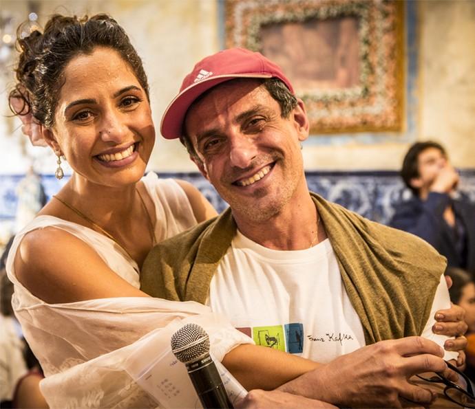 Camila Pitanga recebe o carinho do diretor Antônio Karnewale (Foto: Felipe Monteiro/ Gshow)