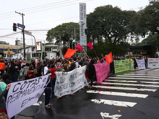 Estudantes e funcionários da Universidade de São Paulo (USP) fazem um protesto em frente ao portão 1 da Cidade Universitária no começo da manhã desta sexta feira (3), na Zona Oeste da capital paulista (Foto: Marcos Bezerra/Futura Press/Estadão Conteúdo)