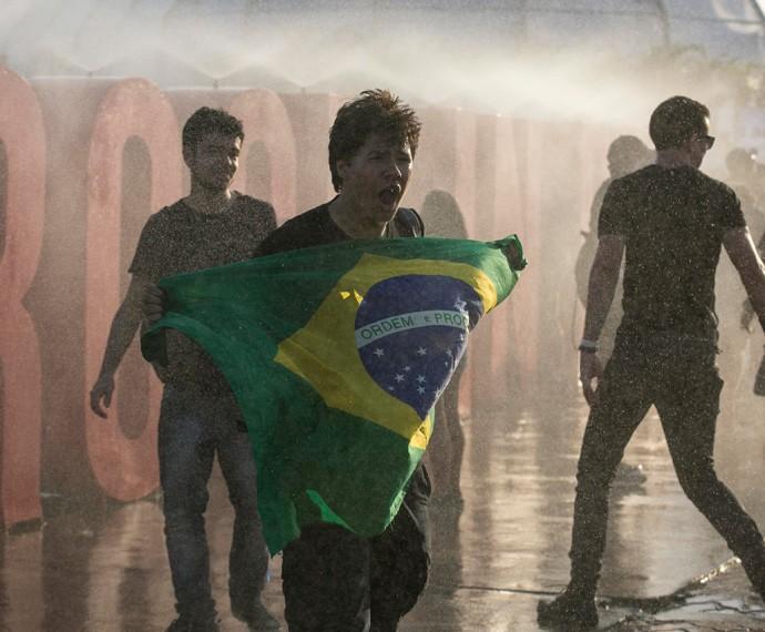 Fã leva a bandeira do Brasil (Foto: Gshow)