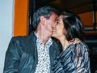 Sérgio Groisman paparica a mulher grávida em festa de Marco Luque