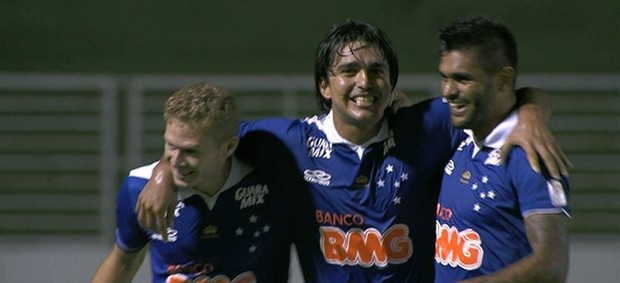 Marcelo Moreno, Luan e Marlone comemoram gol do Cruzeiro (Foto: Reprodução / Premiere)