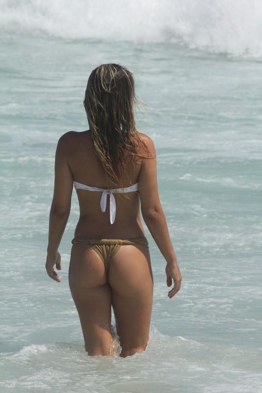 Livia Lemos na praia da Barra da Tijuca (Foto: Fábio Martins e Gabriel Rangel/Ag News)