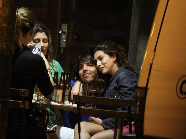 Fernanda Paes Leme com amigos em bar na Zona Sul do Rio (Foto: Delson Silva/ Ag. News)