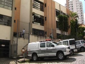 Escrivã presa no fórum em Divinópolis (Foto: TV Integração/Reprodução)