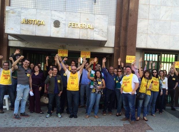 Servidores da Justiça Federal em Campinas em ato por reajuste salarial (Foto: Élida Rolim)