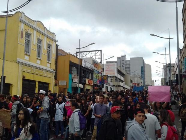 Alunos e professores protestam na Avenida Vicente Machado, em Ponta Grossa (Foto: Gabriel Staszczak/Arquivo pessoal)