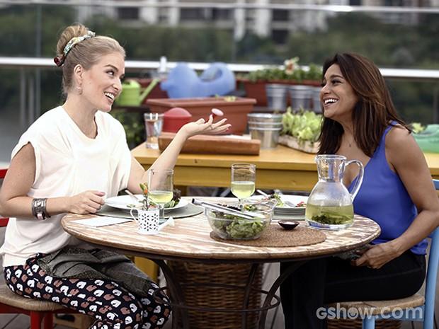 As duas experimentam a salada (Foto: TV Globo/Inácio Moraes)