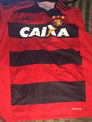 Camisa de Renê no Sport autografada pelo elenco (Foto: Arquivo Pessoal )