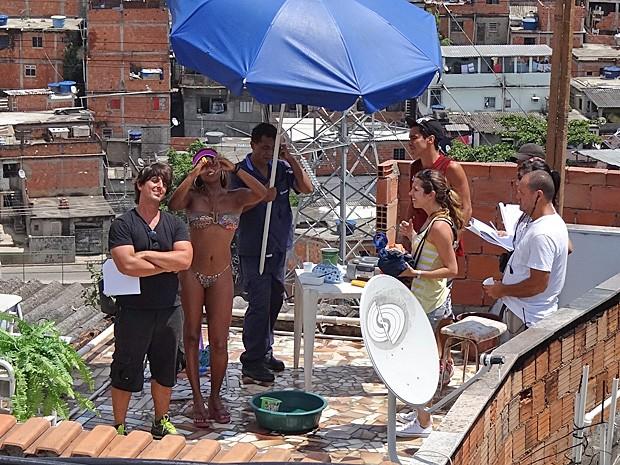 Roberta Rodrigues e Adriano Melo se divertem durante a gravação (Foto: Salve Jorge/TV Globo)
