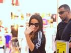 Anitta dá tchauzinho para paparazzo em aeroporto do Rio