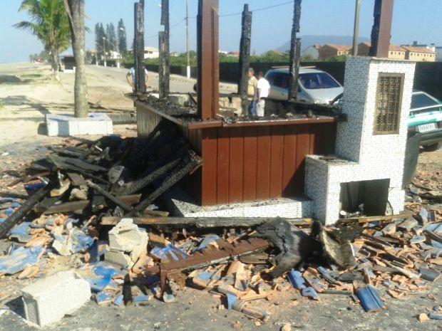 Quiosque ficou completamente destruído por incêndio (Foto: Juliana Gonçalves/Arquivo Pessoal)