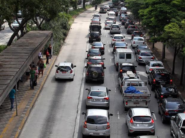 Motoristas enfrentam trânsito na Avenida Rebouças, perto do Hospital das Clínicas (Foto: Epitácio Pessoa/Estadão Conteúdo)