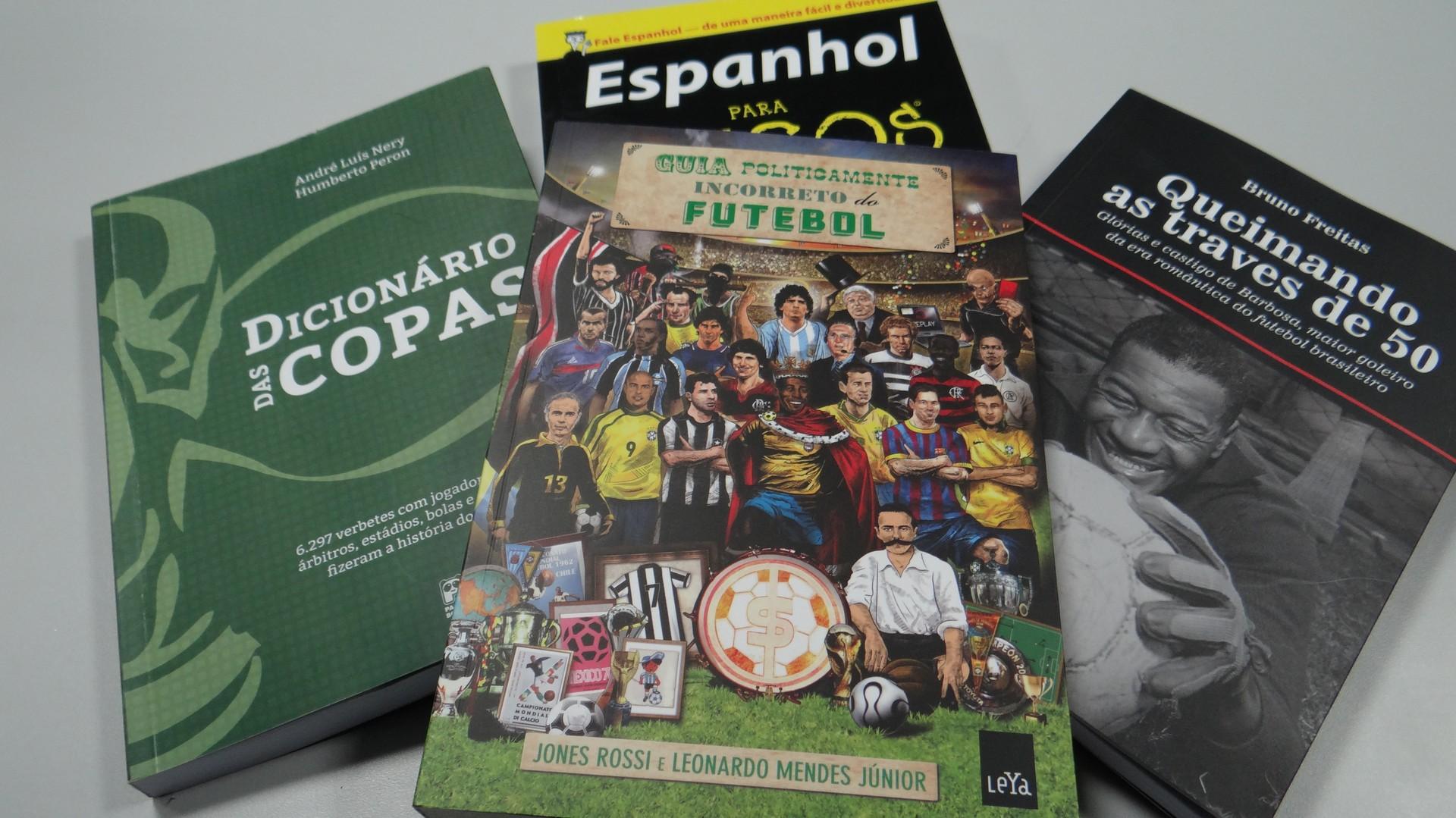 Alguns livros que Vanessa Faro levou para a redação da Copa (Foto: Priscila Martinez)