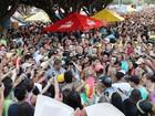 Cadê o Cauã Reymond? Ator é cercado por multidão em bloco de rua