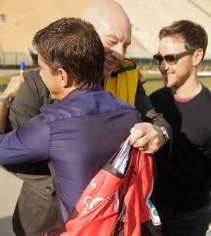 Patrick Stewart recebe de Juninho Paulista camisa do Ituano (Foto: Divulgação / Ituano FC)