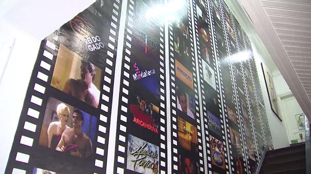 Escadaria da casa recebe um mural com momentos da carreira de Magrini (Foto: Reprodução/TV Tribuna)