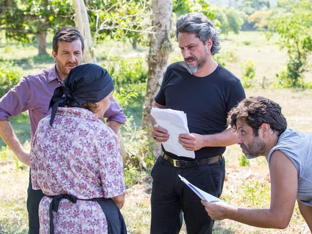 Laura conversa sobre a cena com Alexandre Nero, Roberto Birindelli e o diretor Pedro Vasconcelos (Foto: Artur Meninea/ Gshow)