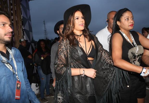 Bruna Marquezine é escoltada em festival (Foto: Iwi Onodera/EGO)
