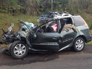 Os três ocupantes do carro, duas mulheres e um homem, morreram na hora (Foto: Flávio Bernardes/RPC TV)