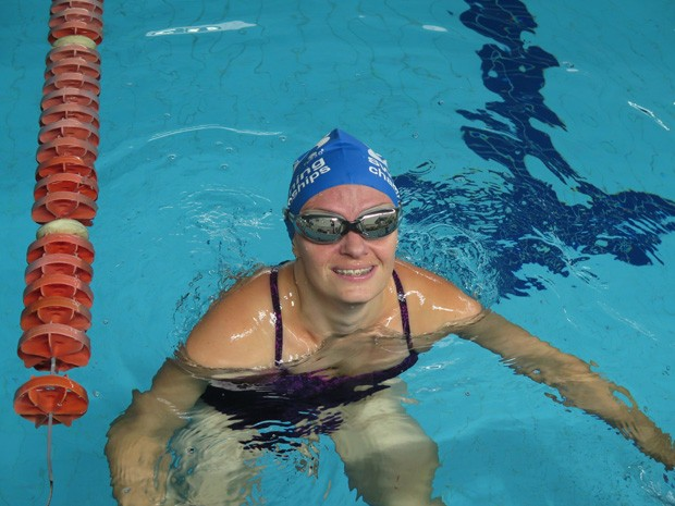 Kelly dentro da piscina, após treino em Itanhaém (Foto: Mariane Rossi/G1)