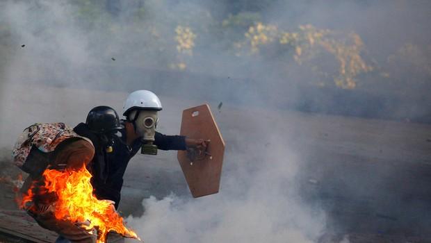 Manifestantes anti-governo entram em choque com forças de segurança na Venezuela em série de protestos em Caracas (Foto: Carlos Barria/Reuters)