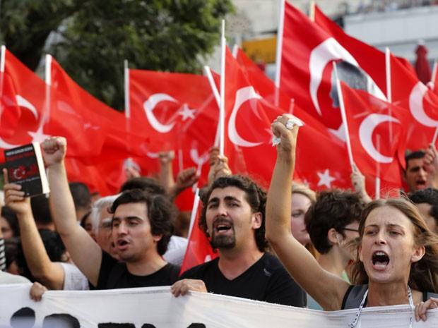 Manifestantes na praça Taksim, em Istambul, durante protesto em 29 de junho (Foto: Reuters)