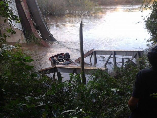 Carro caiu dentro de rio após ponte despencar em Jaguari (Foto: Fábio Pinto/Arquivo pessoal)