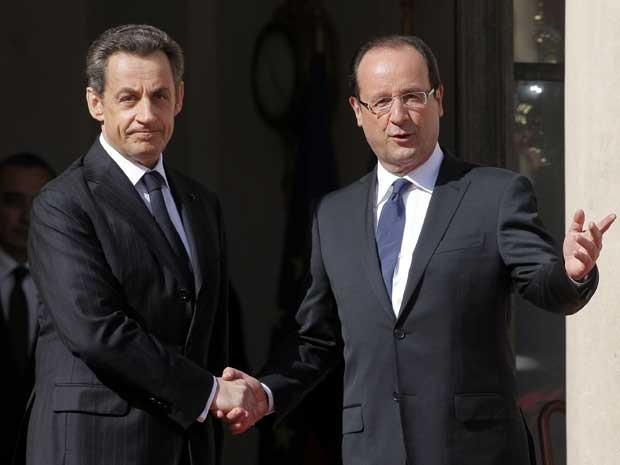Nicolas Sarkozy e François Hollande, no Palácio do Eliseu, em Paris. (Foto: Thibault Camus / AP Photo)