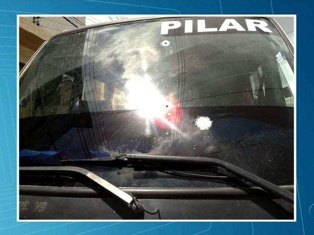 Troca de tiros dentro de micro-ônibus deixou quatro pessoas feridas (Foto: Reprodução/TV Gazeta)