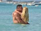 Ronaldo Fenômeno e a namorada fazem a temperatura subir em praia