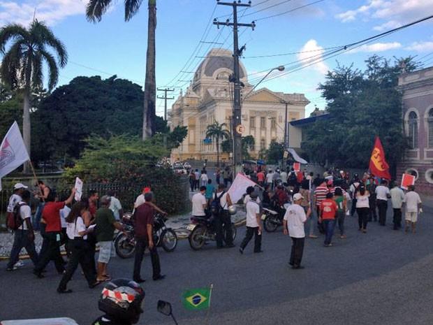 Rodoviários fizeram passeata até a sede do TRT, onde ocorre o julgamento do dissídio da categoria (Foto: Vitor Tavares/G1)